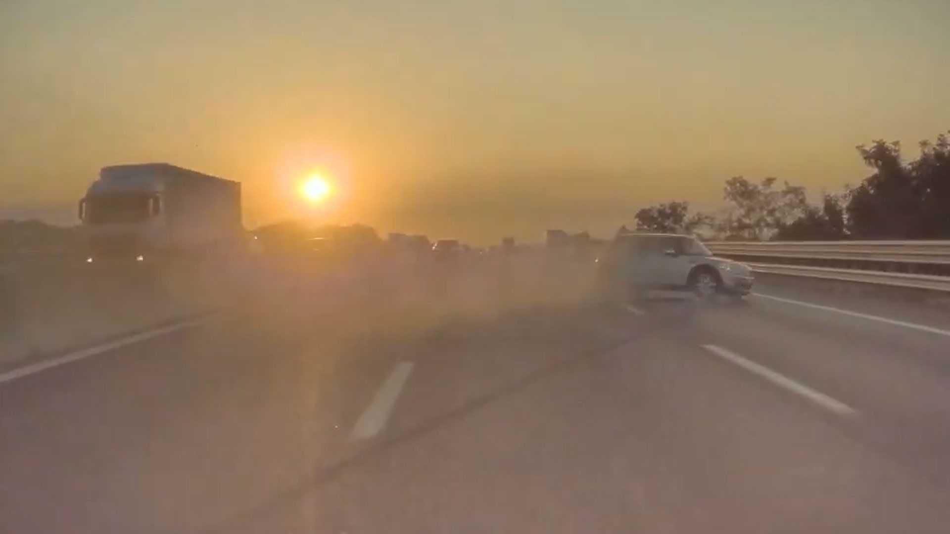 Una Tesla registra un incidente tra un'Audi e una Mini