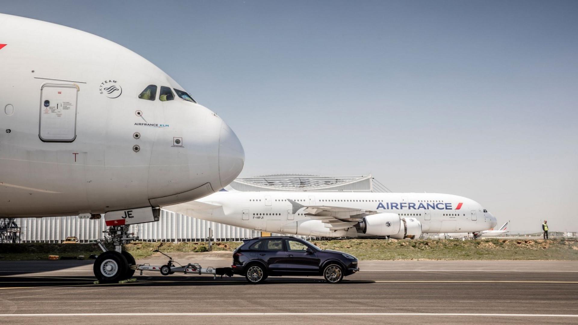 Porsche Cayenne S Diesel traina un'Airbus A380