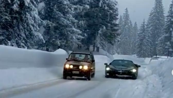 Ferrari SF90 Stradale vs Panda 4×4: la sfida sulla neve [Video]