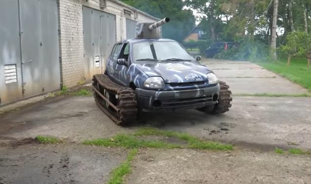 Una vecchia Renault Clio diventa un carro armato [Video]