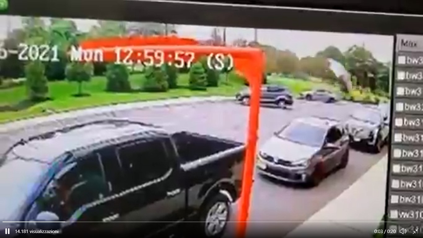 Spaventoso volo con schianto di una Toyota [Video]