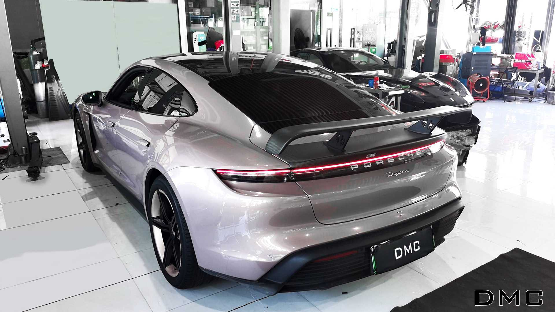 https://cdn.motor1.com/images/mgl/LewKj/s6/kit-aerodinamico-dmc-per-porsche-taycan.jpg
